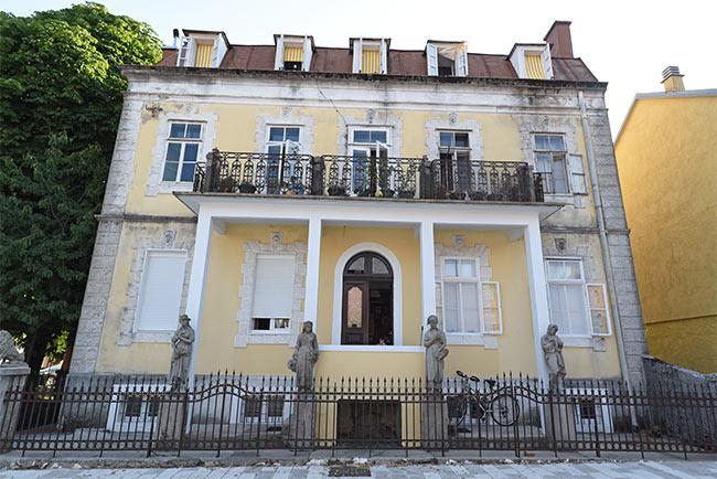 Casa antigua en el centro urbano de Cetinje (Montenegro)