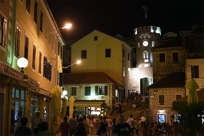 Torre del Reloj de Herceg Novi de noche (Montenegro)