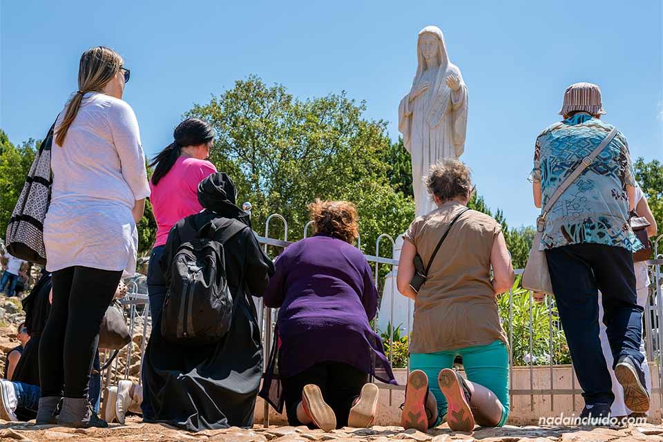 Grupo rezando en la Colina de las Apariciones de Medjugorje (Bosnia)