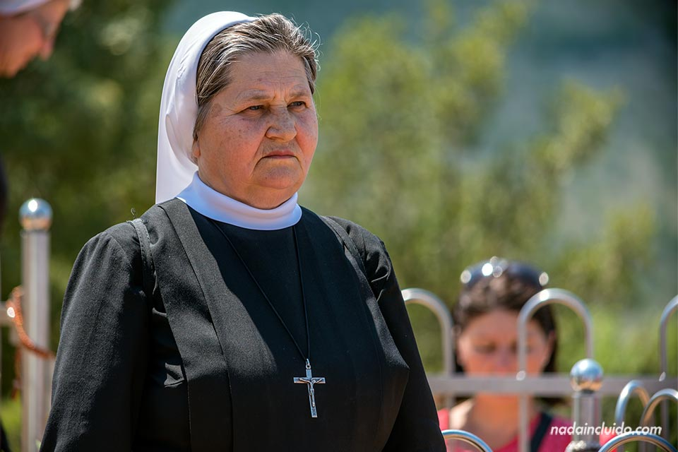 Monja en la Colina de las Apariciones de Medugorje (Bosnia)