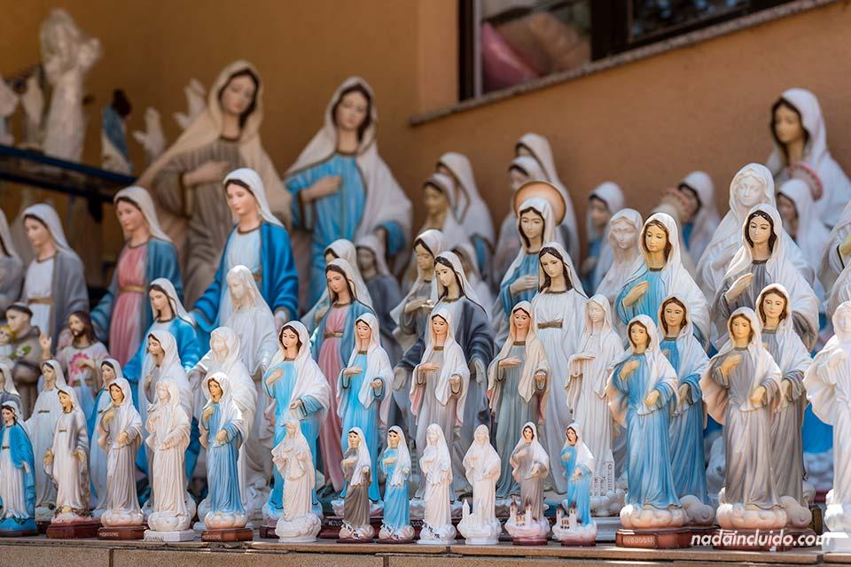 Estatuas de la Virgen María en una tienda de suvenires en Medugorje (Bosnia)