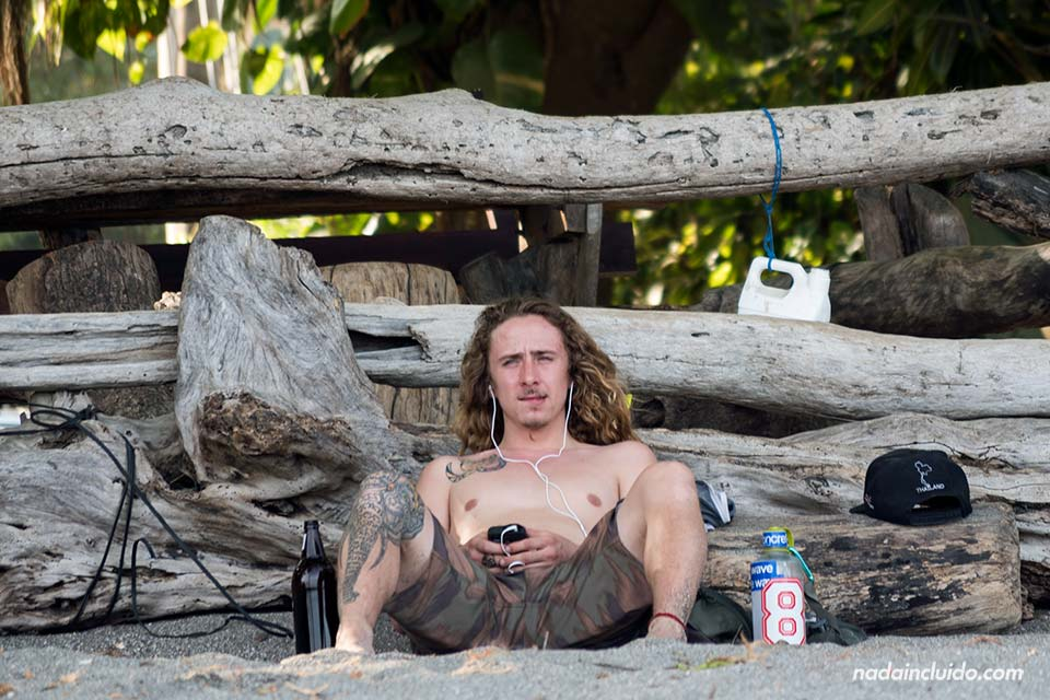 Hippie escuchando música en la playa de Montezuma (Costa Rica)