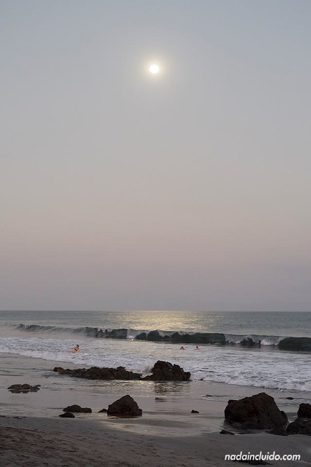 Luna Llena en la playa de Montezuma (Costa Rica)