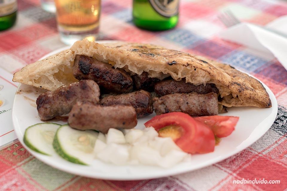 Comiendo Cevapi en Mostar (Bosnia)