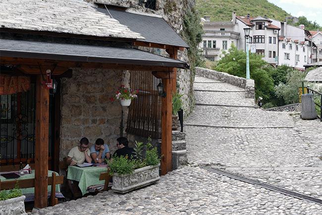 Comiendo en un restaurante del Old Town de Mostar (Bosnia)