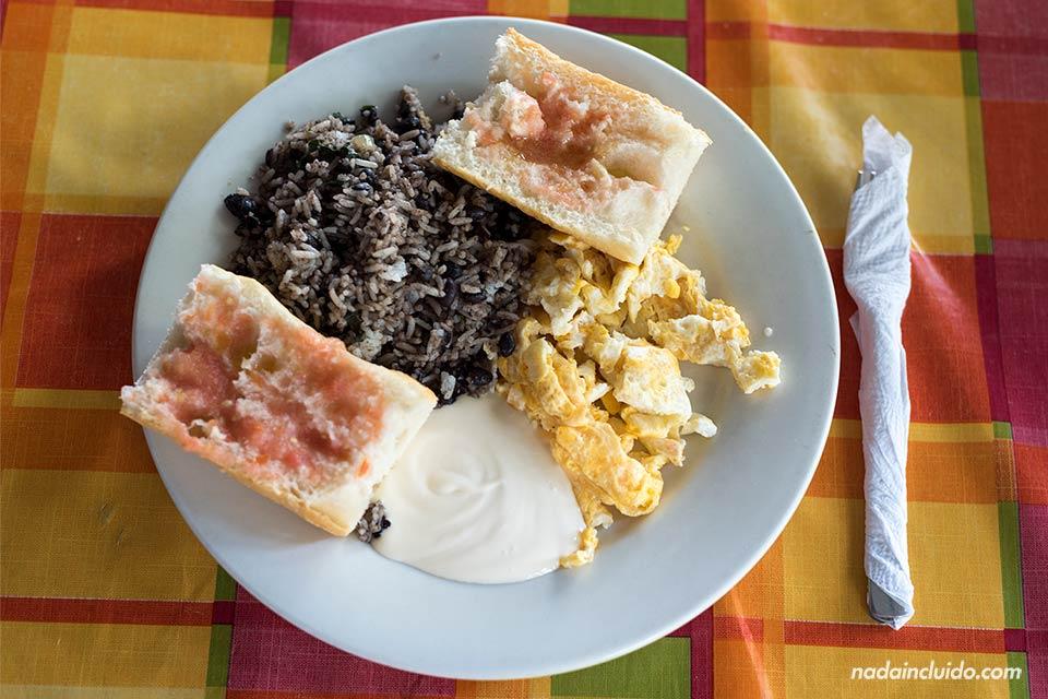 Desayunando pinto en el restaurante Pan Pay de Puerto Viejo (Costa Rica)