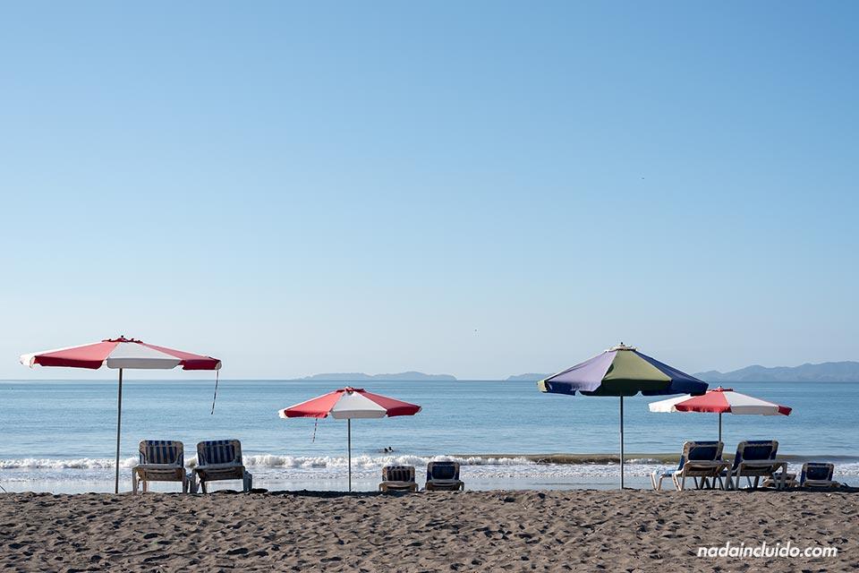 Tumbonas y sombillas en la playa de Puntarenas (Costa Rica)