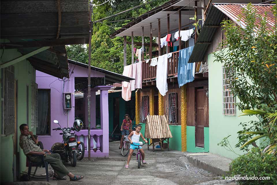 Niños juegan en un vecindario de Quepos (Costa Rica)