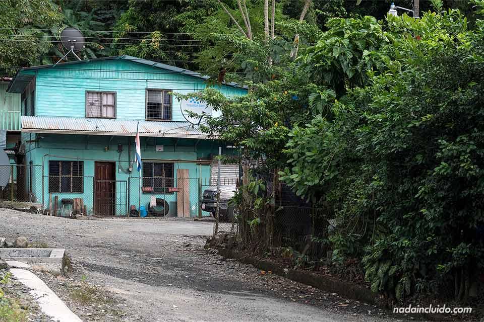 Casa azul en un barrio humilde de Quepos (Costa Rica)