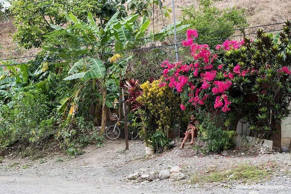 Muchas flores decoran la puerta de una casa de Quepos (Costa Rica)