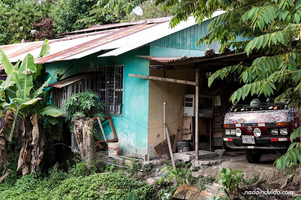 Una colorida furgoneta aparcada en el garaje de una casa de Quepos (Costa Rica)