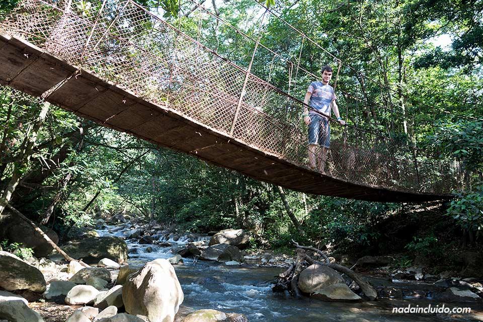 En un puente colgante a la entrada del Parque Nacional Rincón de la Vieja (Costa Rica)