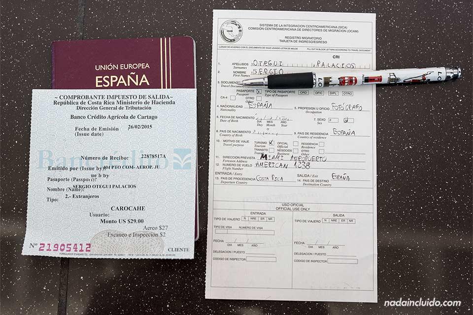 Rellenando el formulario tras pagar el impuesto de salida de Costa Rica
