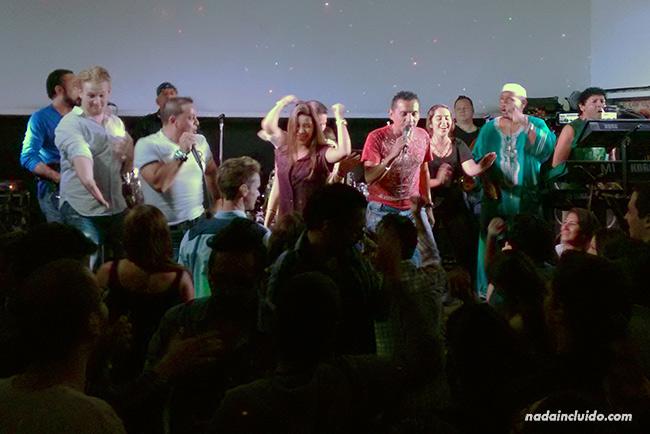 Noche de fiesta en el bar Cuartel en San José (Costa Rica)