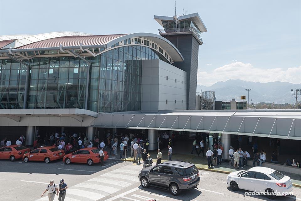 Exterior del Aeropuerto Internacional Juan Santa María, en San José (Costa Rica)