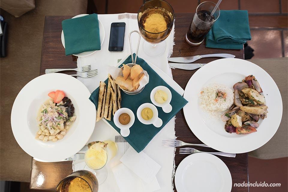 Comiendo en un restaurante peruano en el Hotel Marriot de San José (Costa Rica)