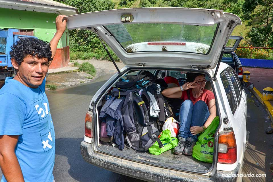 Una viajera se acomoda en el maletero de una taxi peruano