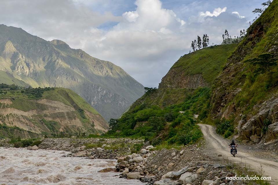 Camino al Machu Picchu pasando por la carretera junto al río que uno las poblaciones de Santa María a Santa Teresa (Perú)