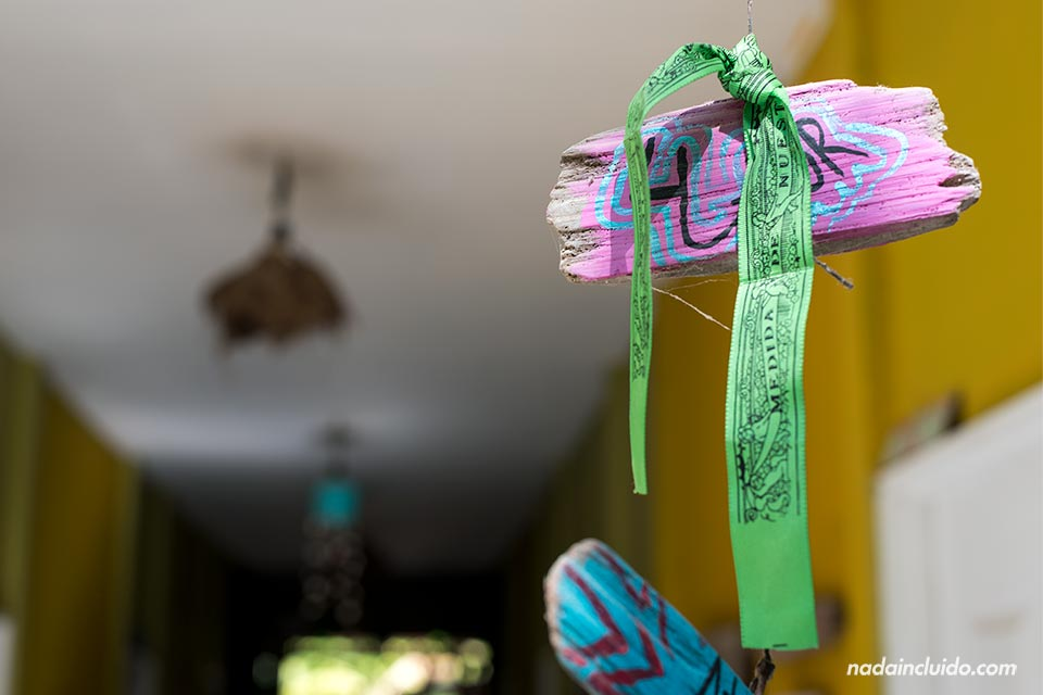Cinta de la Virgen del Pilar colgada en la puerta del Kokua Hostel, en Santa Teresa (Costa Rica)
