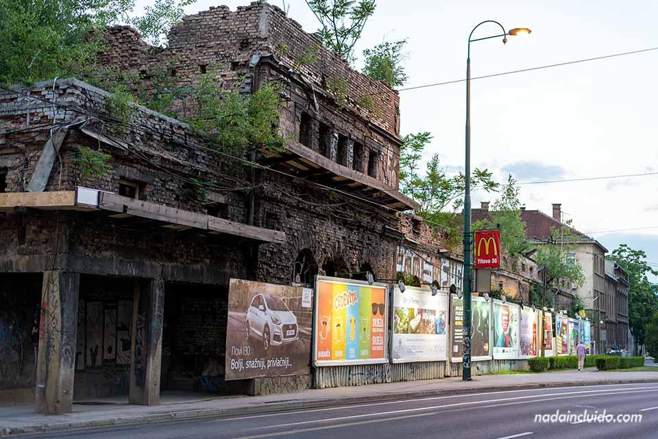 Carteles publicitarios en las calles de Sarajevo (Bosnia)