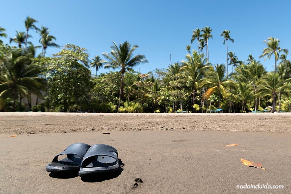 Chancletas en la playa de Tambor (Costa Rica)