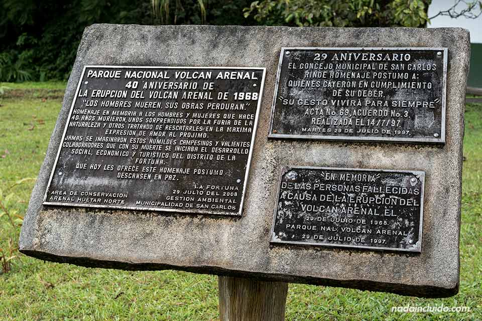 Placas en homenaje a las víctimas del Volcán Arenal (Costa Rica)
