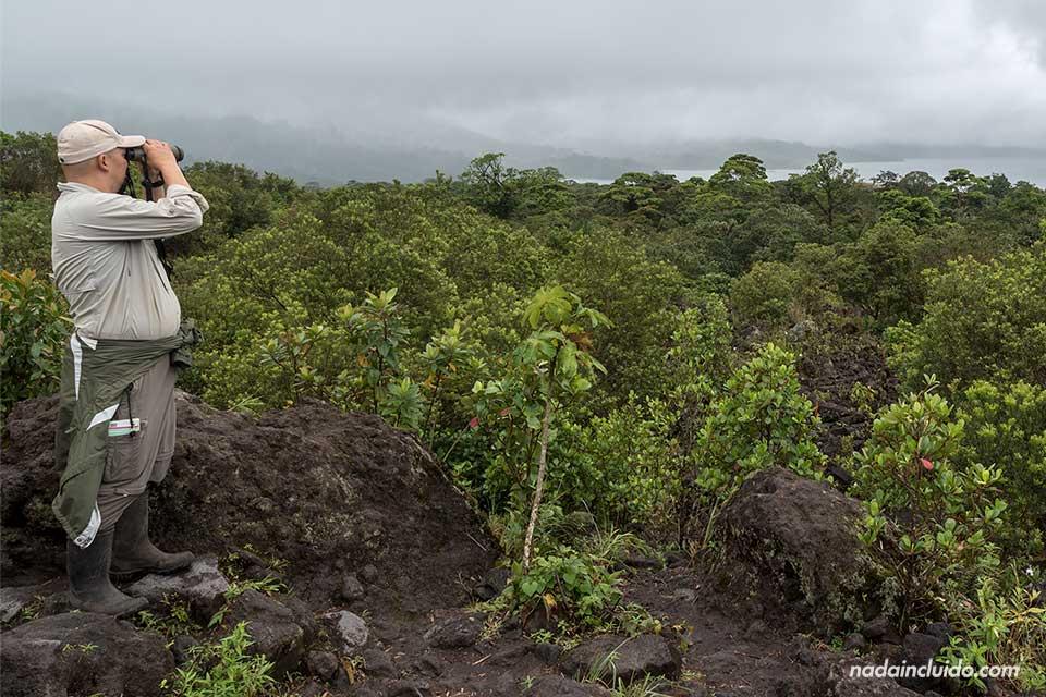 Mirador en lo alto del Parque Nacional del Volcán Arenal (Costa Rica)