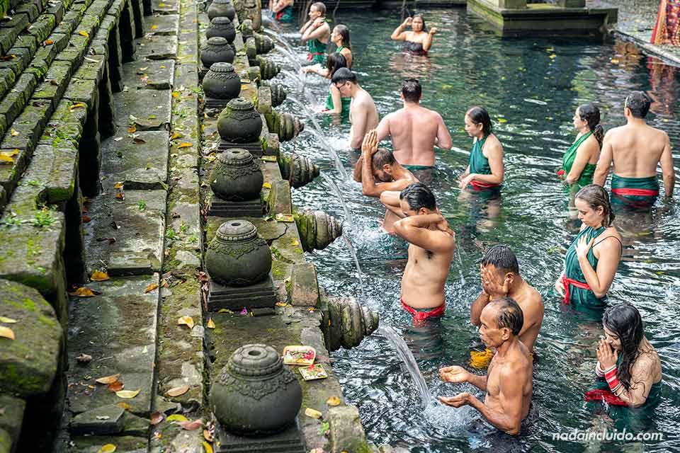 Ritual de purificación en Pura Tirta Empul (Bali, Indonesia)