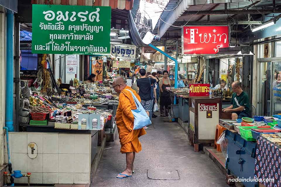 Monje en el mercado de amuletos de Bangkok (Tailandia)