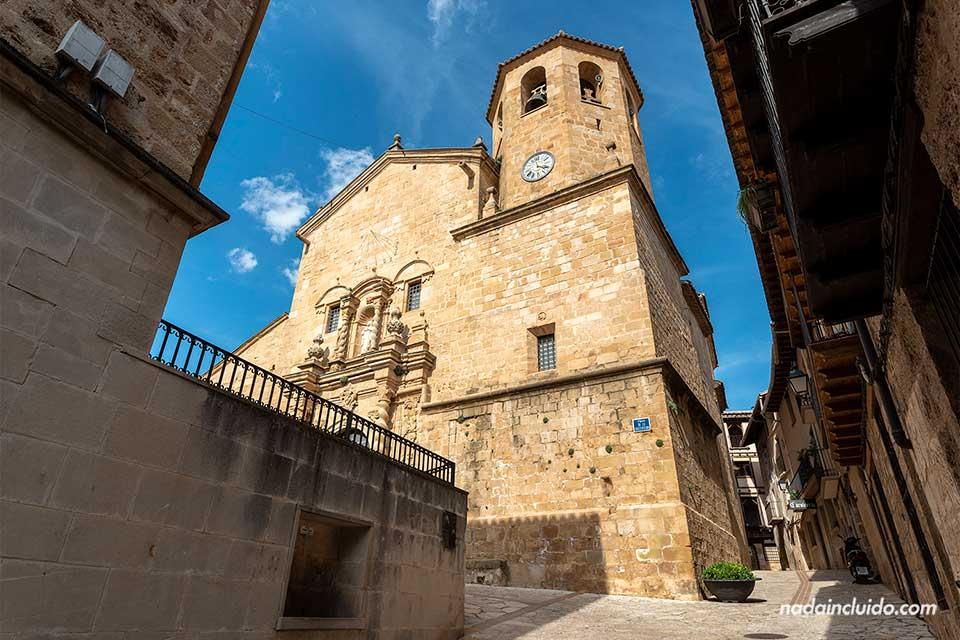 Fachada de la iglesia de San Bartolomé en Beceite (Matarraña, Aragón)
