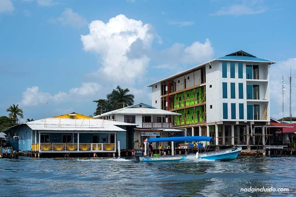 Vista de la ciudad de Bocas Town desde el agua (Bocas del Toro, Panamá)