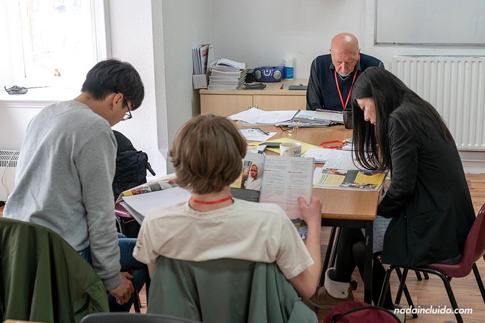 Compañeros de clase leyendo el libro en Sprachcaffe Brighton (Inglaterra)