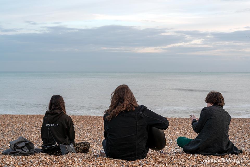 Alguien toca la guitarra en la playa de Brighton (Inglaterra)