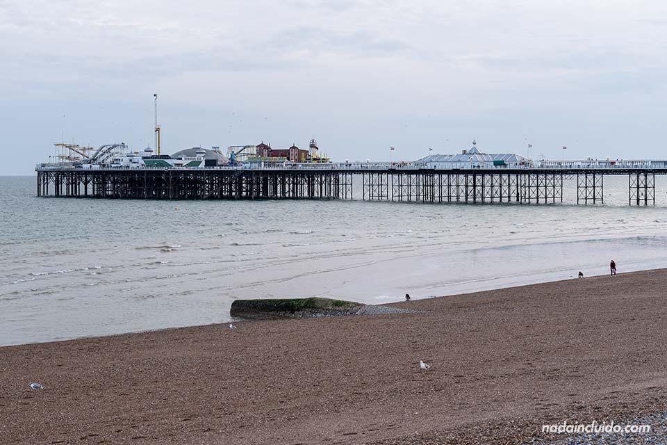 Vistas del Brighton Palace Pier desde la playa (Inglaterra)