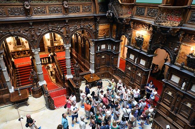 Grupo de turistas en el Gran Salón del Honor del Castillo de Peles (Rumanía)