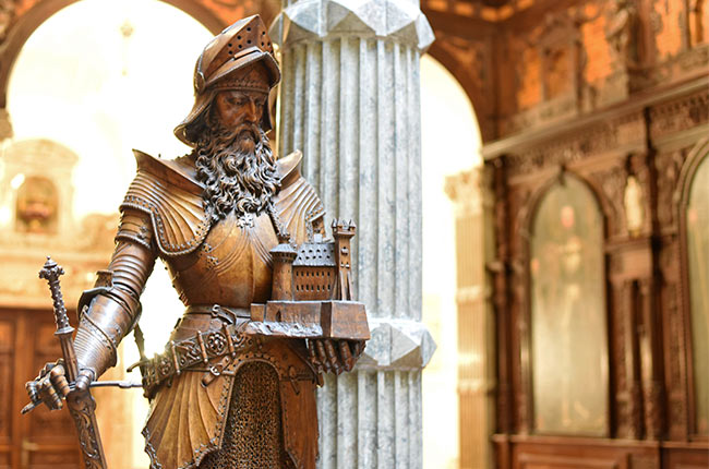 Estatua en el Gran Salón del Honor en el Castillo de Peles (Rumanía)