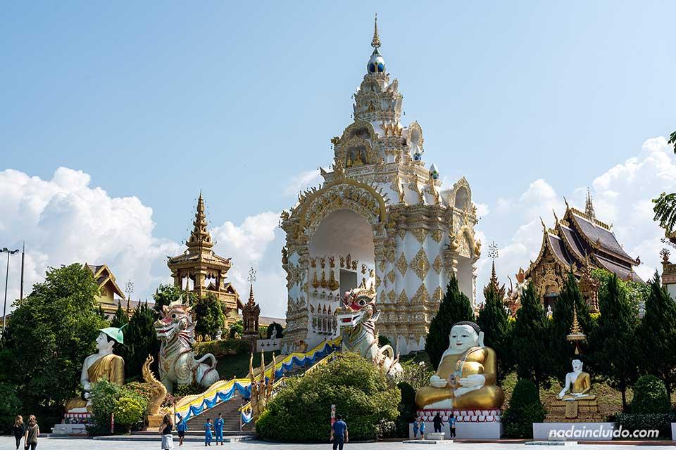 Entrada al Wat Saeng Kaeo Phothiyan de Chiang Rai (Tailandia)