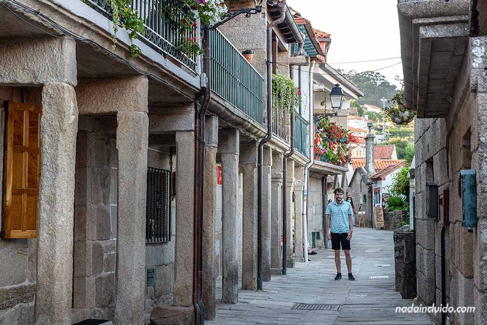 En la Rua de Combarro (Galicia, España)