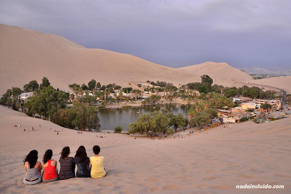 Oasis de Huacachina en el desierto de Ica (Perú)