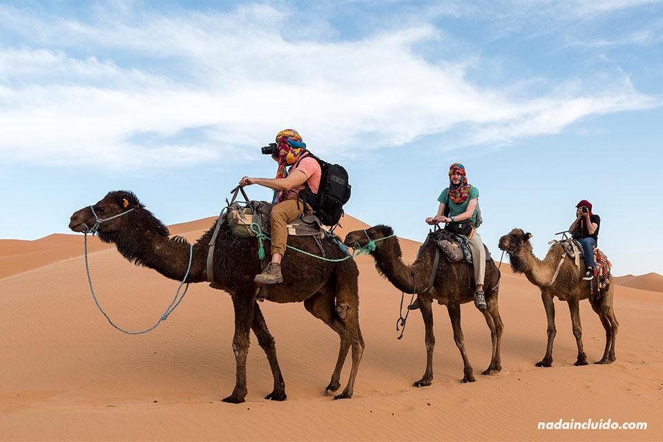 Fotógrafos en camello por el desierto del Sáhara (Marruecos)