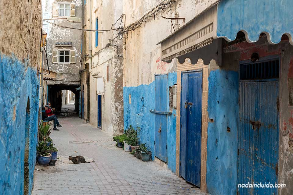 Calle con fachadas azules en Essaouira (Marruecos)