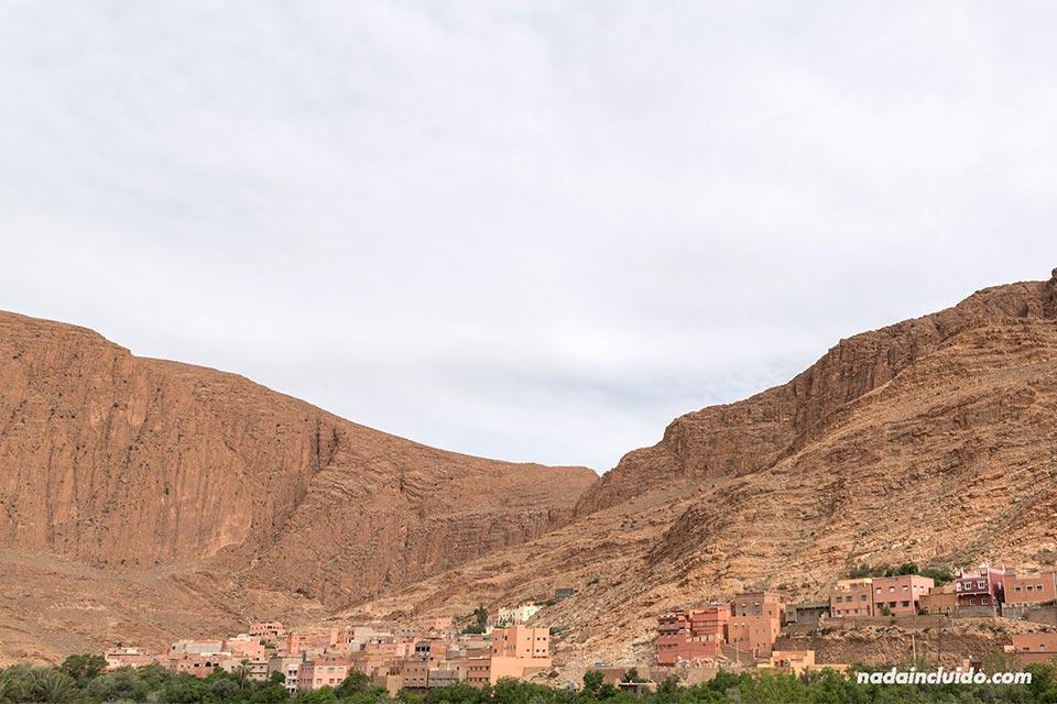 Vista de la garganta de Todra de día desde un hotel (Marruecos)