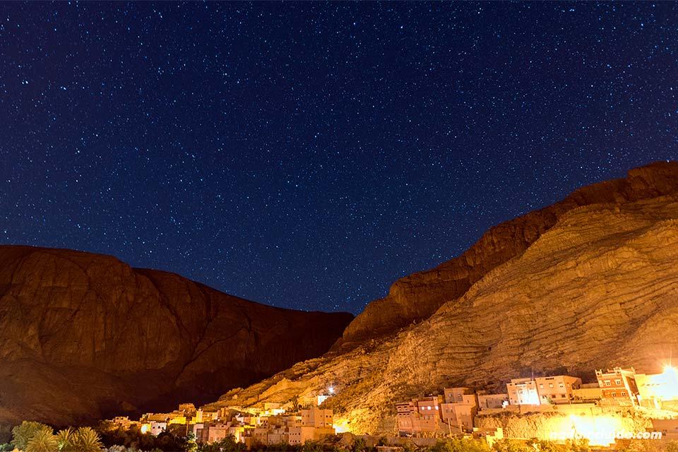Vista de la garganta de Todra de noche desde un hotel (Marruecos)