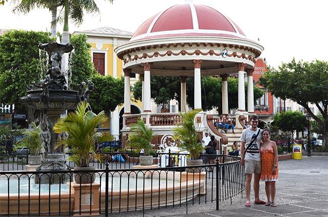En la fuente del Parque Central de Granada (Nicaragua)