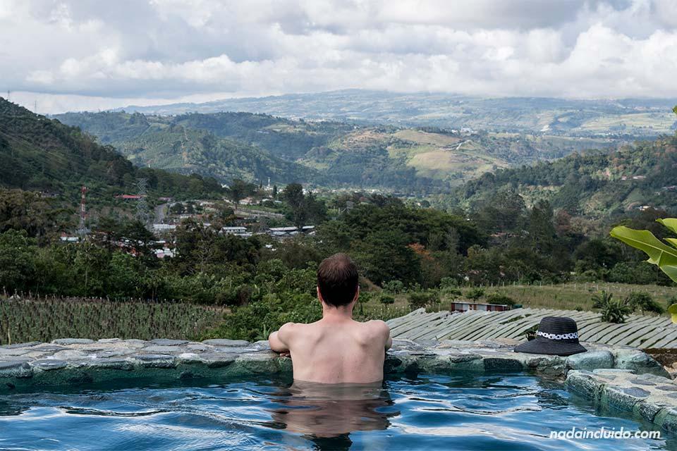 Bañándome en la Hacienda Orosi, en Costa Rica