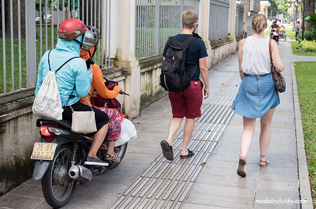 Moto en la acera de las calles de Ho Chi Minh (Vietnam)