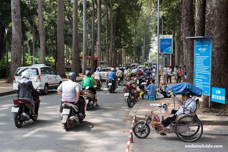 Motos junto a un parque de Ho Chi Minh (Vietnam)