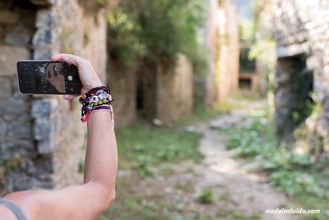 Fotografiando con el móvil el pueblo abandonado de Jánovas, en el Sobrarbe (Aragón)