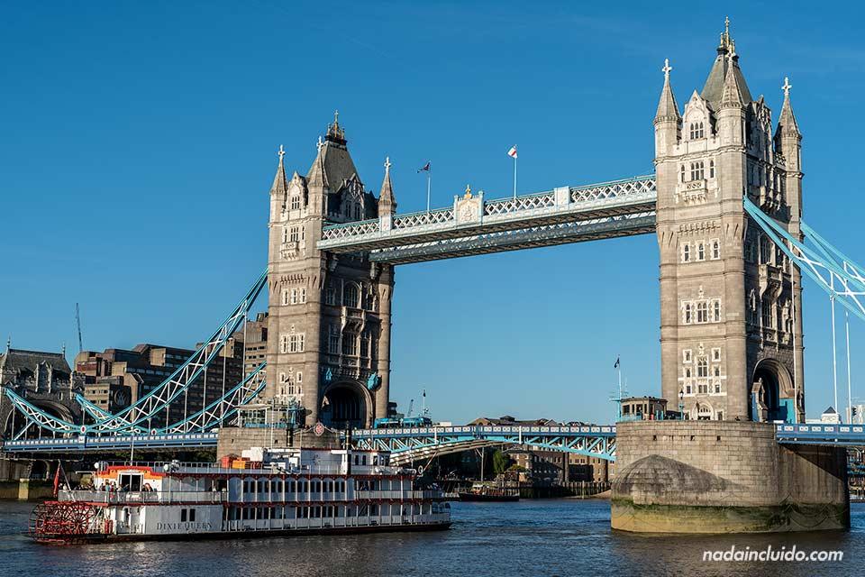 Un barco espera al levantamiento del Tower Bridge de Londres (Inglaterra)