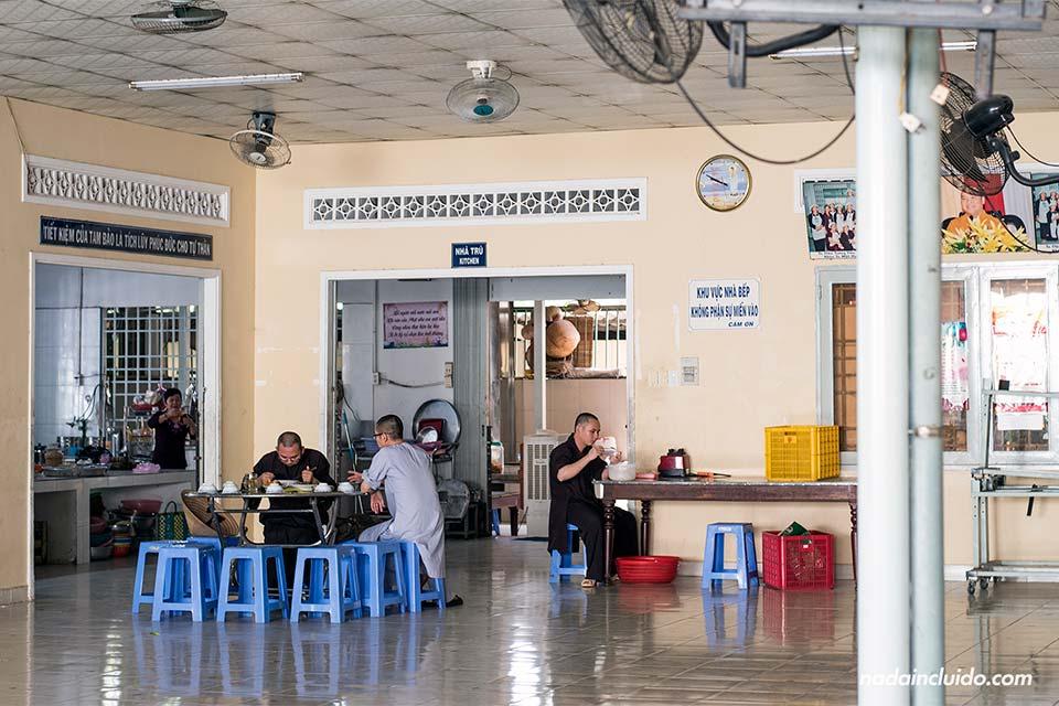 Monjes comiendo en la Págoda de Tuong Van (Vietnam)